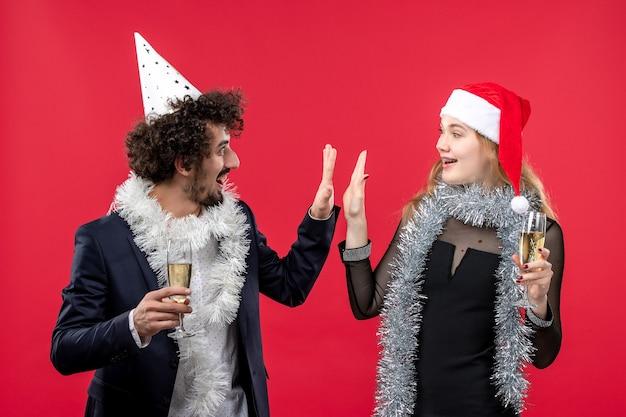 Vooraanzicht jonge gelukkige paar vieren nieuwe jaar kleur kerst liefde