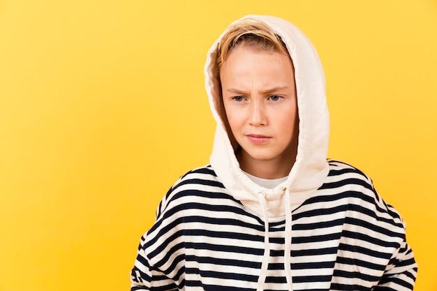 Vooraanzicht jonge jongen die hoodie draagt