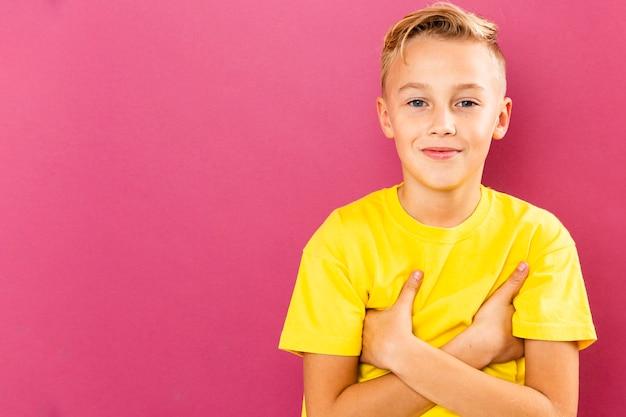 Vooraanzicht jonge jongen op roze achtergrond