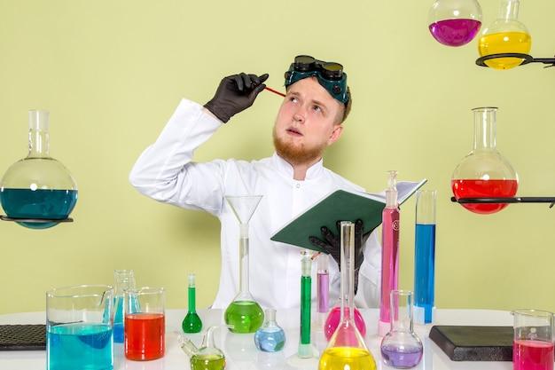 Vooraanzicht jonge kerel die over nieuwe formules denkt