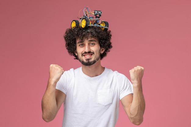 Vooraanzicht jonge man blij met elektronische artuino