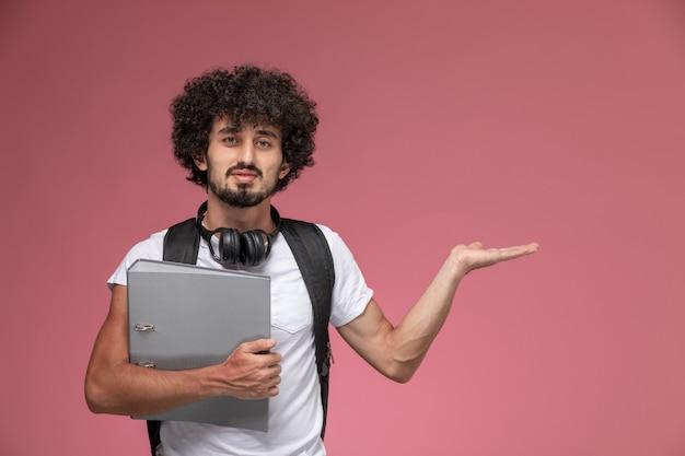 Vooraanzicht jonge man die lege hand geeft en bindmiddel vasthoudt