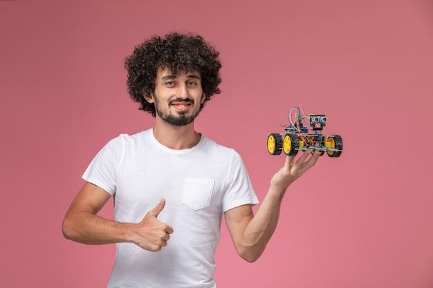 Vooraanzicht jonge man duimen omhoog voor nieuwe innovatie