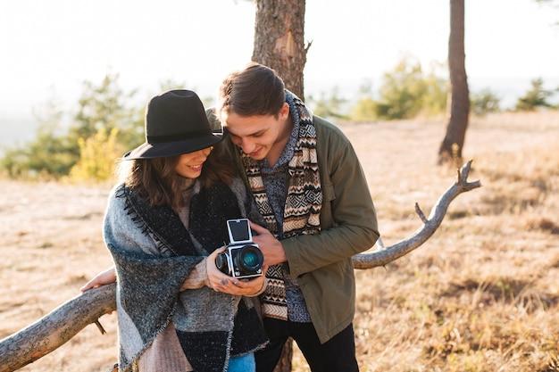 Vooraanzicht jonge man en vrouw in het park
