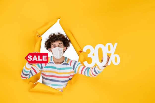 Vooraanzicht jonge man in masker met gele pandemische kleur rood gezondheid covid foto virus verkoop