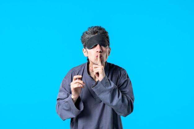Vooraanzicht jonge man in pyjama en slaapverband op blauwe achtergrond slaapkamer droom nachtmerrie donker rust slaap nacht kleur bed