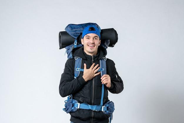 Vooraanzicht jonge man in speciale kleding met rugzak gaan wandelen op witte achtergrond lucht natuur bos berg hoogte