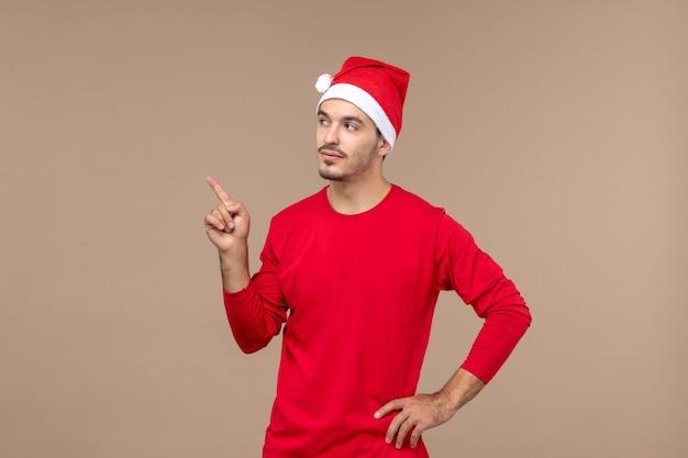 Vooraanzicht jonge man met denken expressie op bruine achtergrond mannelijke emotie vakantie kleur