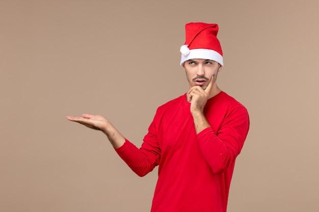 Vooraanzicht jonge man met denken expressie op bruine achtergrond mannelijke vakantie kleur emotie