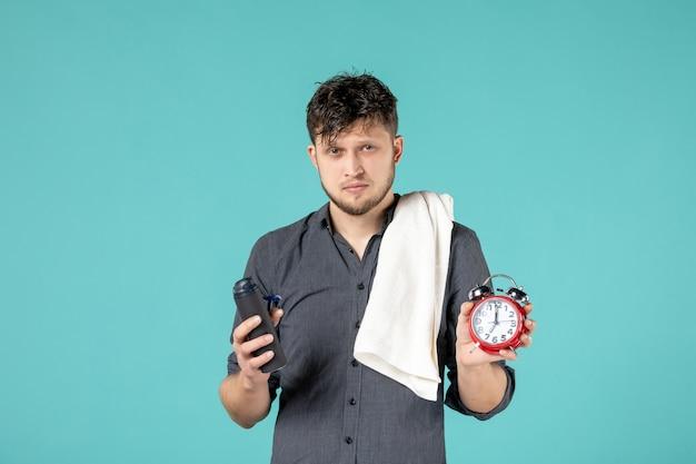 Vooraanzicht jonge man met een scheermes op blauwe achtergrond