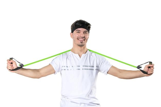 Vooraanzicht jonge man met expander op witte achtergrond fit atleet sportschool dieet sport levensstijl ziekenhuis regime