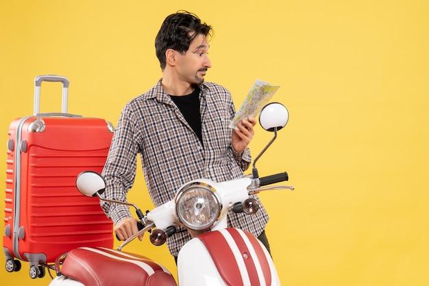 Vooraanzicht jonge man met fiets en tas met kaart op geel