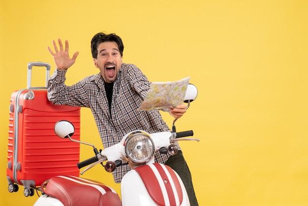 Vooraanzicht jonge man met fiets observeren kaart met opgewonden uitdrukking op geel