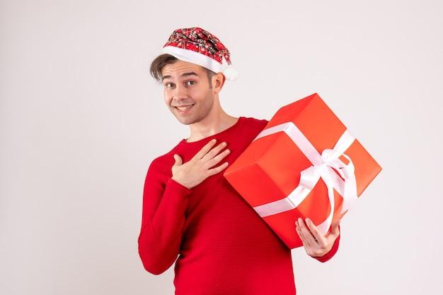 Vooraanzicht jonge man met kerstmuts staande op een witte achtergrond kopie plaats