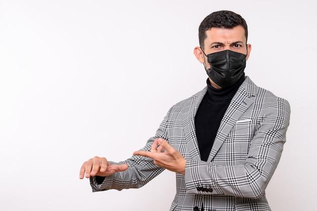 Vooraanzicht jonge man met zwart masker staande op witte geïsoleerde achtergrond