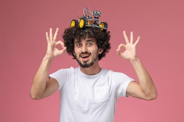 Vooraanzicht jonge man ok gebaren met robotachtige innovatie geven