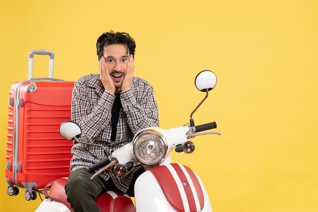 Vooraanzicht jonge man op fiets met zijn tas opgewonden op geel