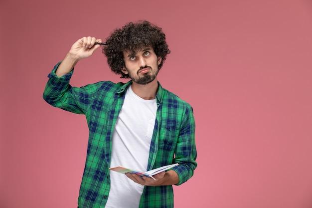 Vooraanzicht jonge man probeert wiskundeprobleem op te lossen