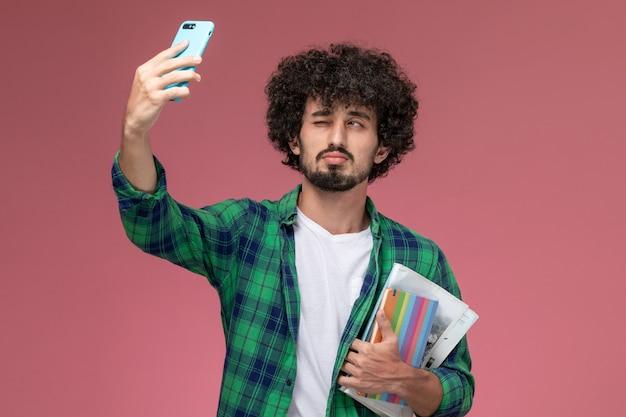 Vooraanzicht jonge man selfie te nemen terwijl knipogen