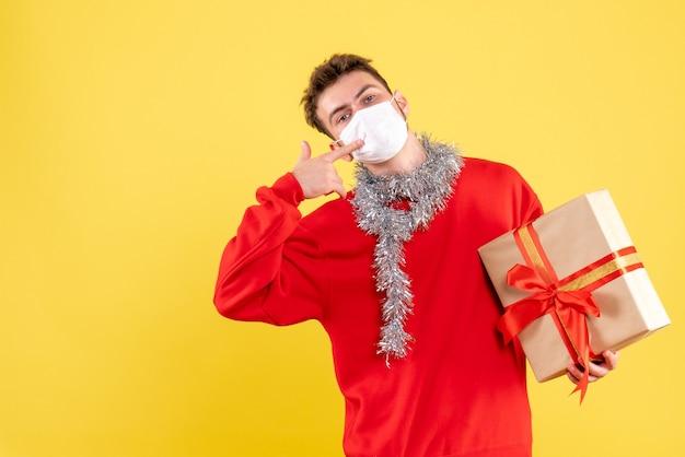 Vooraanzicht jonge mannelijke kerst aanwezig in steriel masker