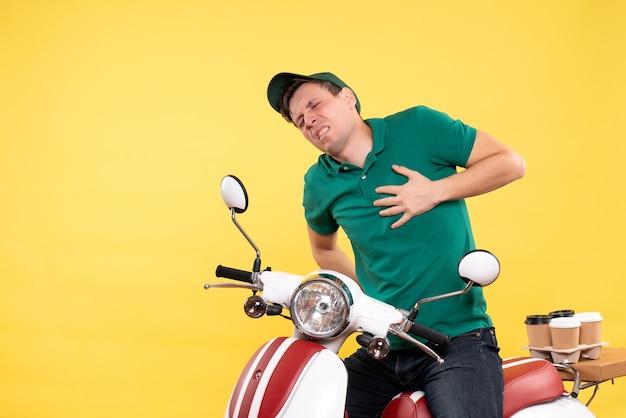 Vooraanzicht jonge mannelijke koerier in groen uniform op de fiets met geel hartzeer