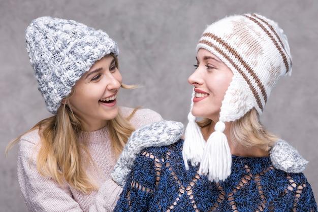 Vooraanzicht jonge meisjes kijken naar elkaar
