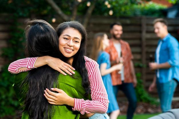 Vooraanzicht jonge meisjes knuffelen elkaar