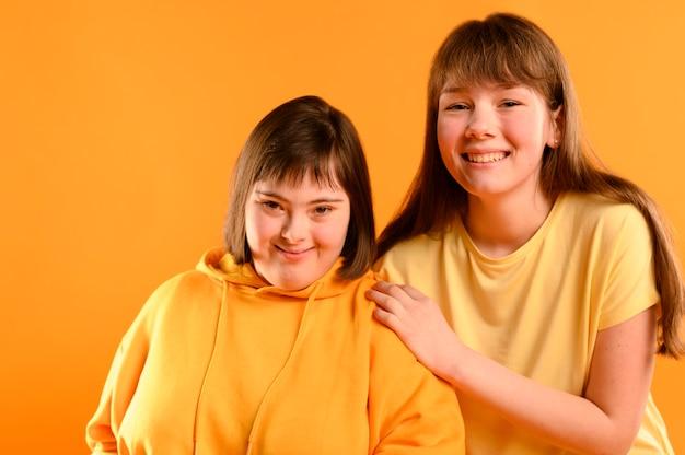 Vooraanzicht jonge meisjes samen poseren