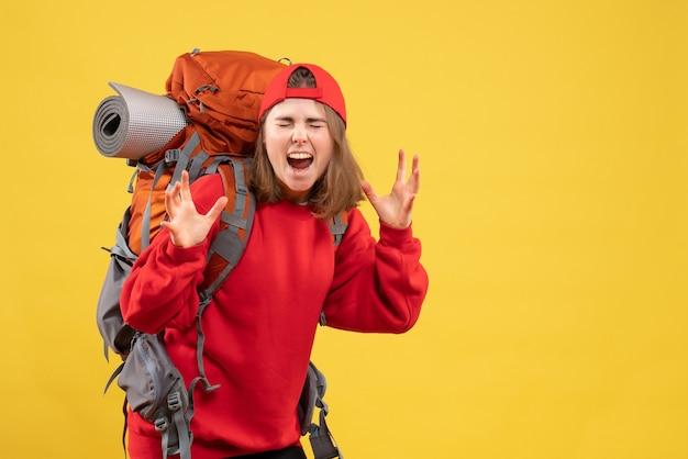 Vooraanzicht jonge reiziger vrouw in rode rugzak schreeuwen