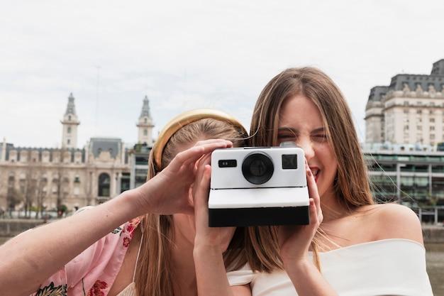 Vooraanzicht jonge vrienden die foto's nemen