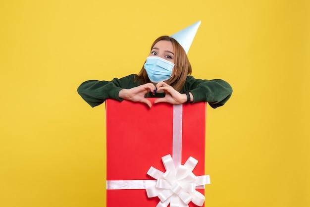 Vooraanzicht jonge vrouw binnen aanwezig in steriel masker