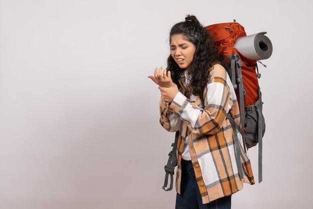 Vooraanzicht jonge vrouw die gaat wandelen op witte vloer campus bos natuur berg hoogte toeristische lucht
