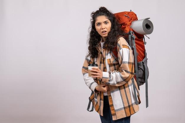 Vooraanzicht jonge vrouw gaan wandelen met koffie op witte achtergrond toeristische vakantie campus lucht berg reis bos
