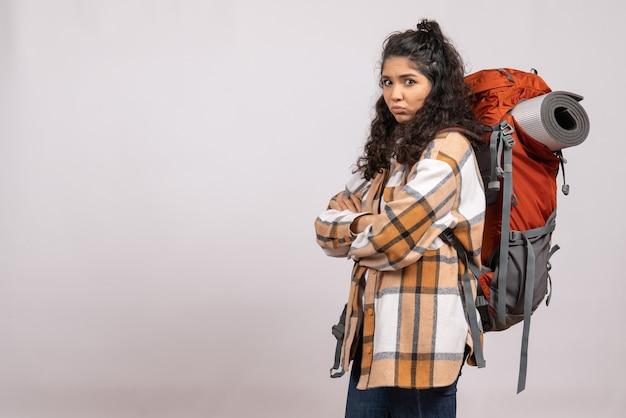 Vooraanzicht jonge vrouw gaan wandelen met rugzak op witte achtergrond campus toeristische vakantie bergreis bos
