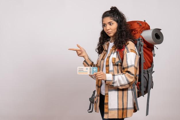 Vooraanzicht jonge vrouw gaan wandelen met ticket op witte achtergrond reis toeristische vakantie campus lucht bergbos