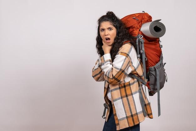 Vooraanzicht jonge vrouw gaat wandelen op witte bureau campus bos natuur berg hoogte toeristische lucht