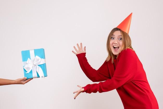 Vooraanzicht jonge vrouw haar cadeau van vrouw te accepteren
