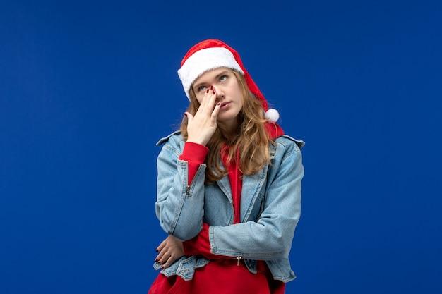 Vooraanzicht jonge vrouw huilen op blauwe achtergrond kerst emotie kleur