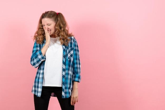 Vooraanzicht jonge vrouw in blauw geruit overhemd op roze muur emotie meisje model mode jeugd kid
