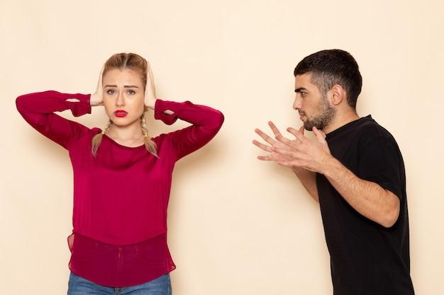 Vooraanzicht jonge vrouw in rood shirt lijdt aan verbaal geweld op de crème ruimte vrouwelijke doekfoto
