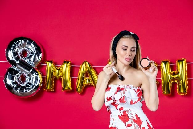 Vooraanzicht jonge vrouw in schattige jurk doen op rode fashion model lippen