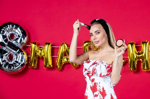 Vooraanzicht jonge vrouw in schattige jurk doen op rode lippen model