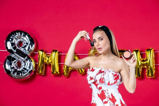 Vooraanzicht jonge vrouw in schattige jurk doet op rode mode lippen