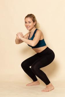 Vooraanzicht jonge vrouw in sport outfit oefeningen doen