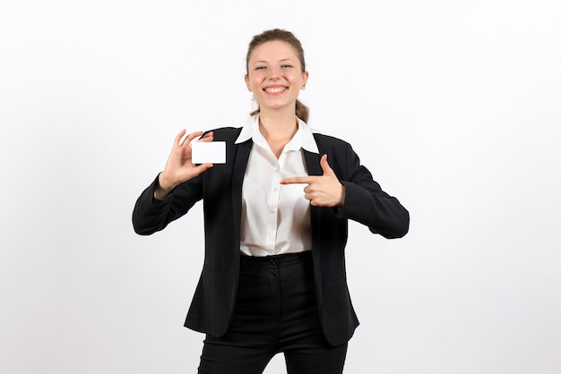 Vooraanzicht jonge vrouw in strikt klassiek pak met witte kaart op een witte achtergrond baan bedrijf werk kostuum vrouw