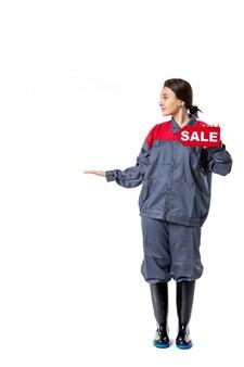 Vooraanzicht jonge vrouw in uniform bedrijf verkoop geschreven naamplaatje op witte achtergrond