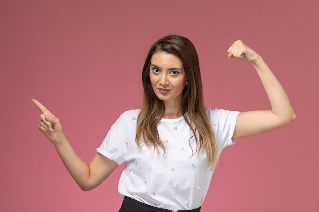 Vooraanzicht jonge vrouw in wit overhemd buigen en poseren, kleur vrouw model vrouw