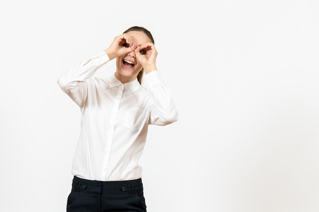Vooraanzicht jonge vrouw in witte blouse met blij gezicht op witte achtergrond baan kantoor vrouw gevoel model emotie
