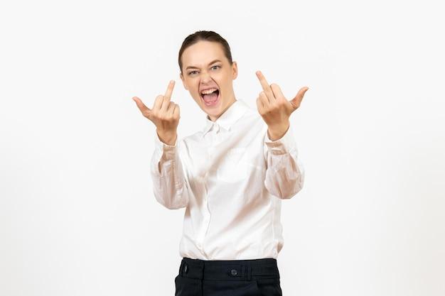 Vooraanzicht jonge vrouw in witte blouse met emotionele gebaren op witte achtergrond baan vrouwelijk gevoel model emotie kantoor