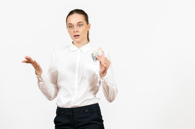 Vooraanzicht jonge vrouw in witte blouse met geld op witte achtergrond kantoorbaan vrouwelijke emotie gevoel model